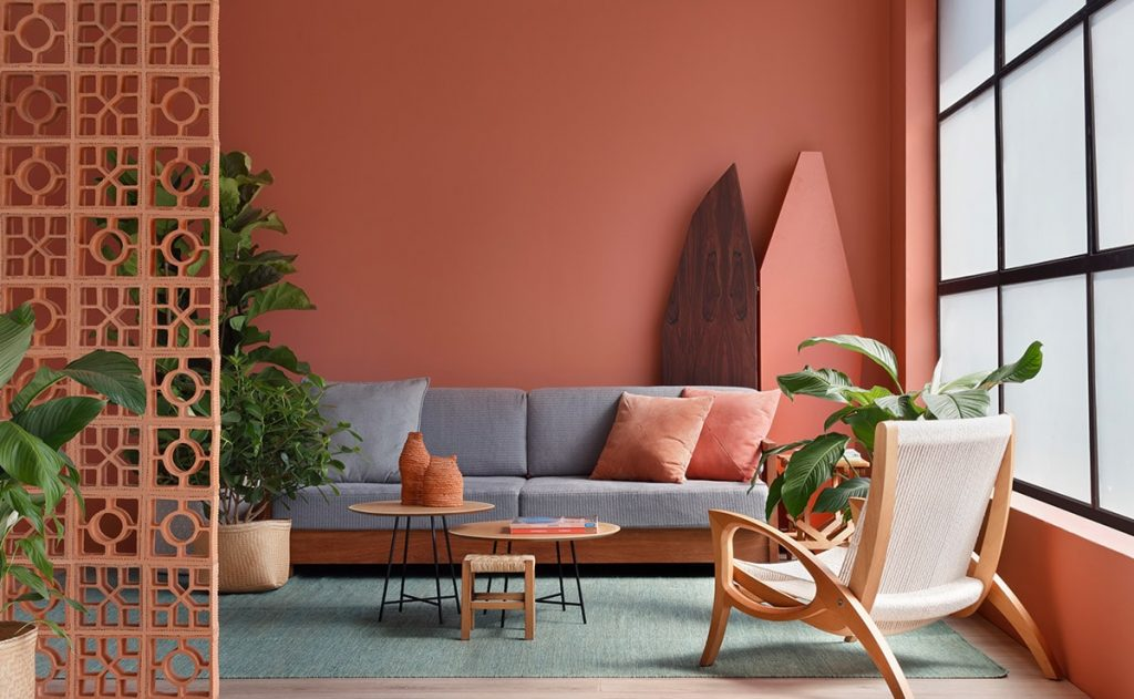 A living room in one of the interior design colors of the year: living coral.